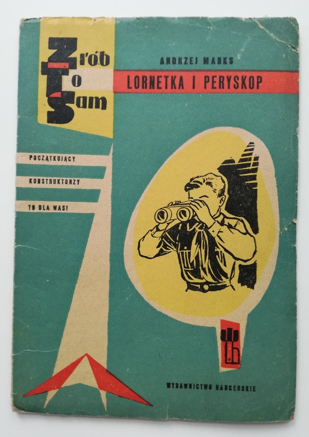 """Zdjęcie przedstawia starą, lekko zniszczoną książkę pod tytułem: """"Zrób to sam. Lornetka i peryskop"""" autorstwa Andrzeja Marksa. Książka ma niebieską okładkę z nadrukowaną ilustracją w kolorze czarnym przedstawiającą chłopca patrzącego przez lornetkę. Po lewej stronie znajduje się napis: """"Początkujący konstruktorzy to dla Was!"""". Wydawnictwo Harcerskie."""