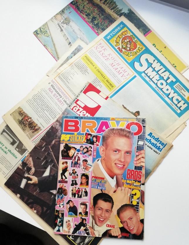 """Zdjęcie przedstawia kilka starych, lekko zniszczonych gazet i czasopism: """"Bravo"""", """"Razem"""", """"Świat Młodych."""