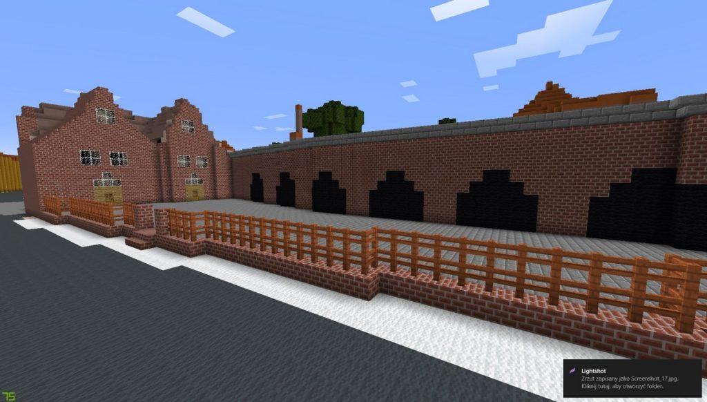 Gdańsk. Budynek Małej Zbrojowni. Wizualizacja w grze Minecraft. Budynek wykonane z ceglanych bloków. Obiekt przypomniana dwa połączone ze sobą budynki ze stromymi dachami. Ogrodzony jest drewnianym płotem, który u podstawy ma ceglany murek. Przed nim znajduje się droga stworzona z ciemnoszarych bloków. Do budynku przylega długi ceglany obiekt z licznymi bramami.